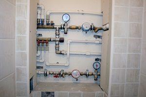 При закрытом способе разводки водопровода, все основные элементы должны быть доступны.
