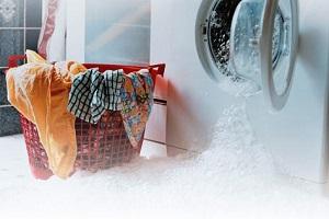 Что делать, если стиральная машина течет снизу во время стирки и при наборе воды