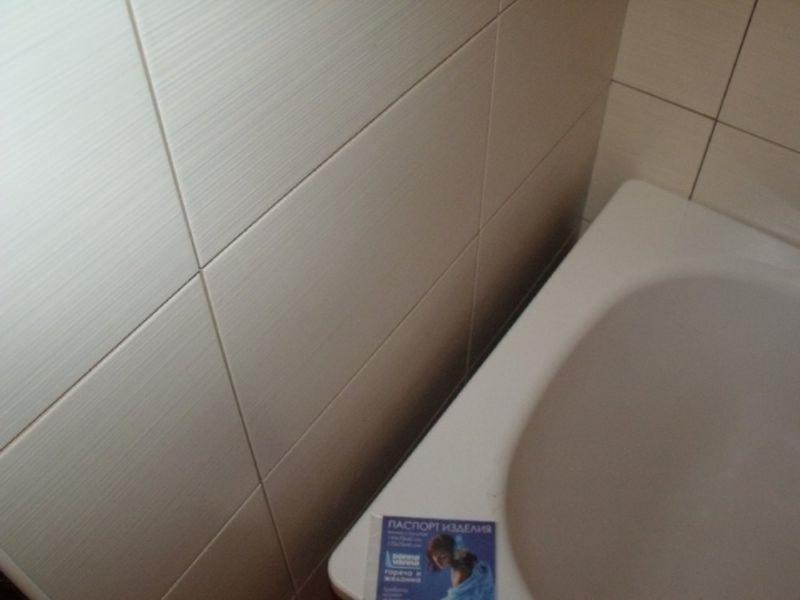 Как заделать щель между ванной и стеной своими руками