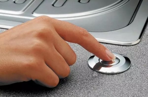 Кнопка рядом с кухонной раковиной