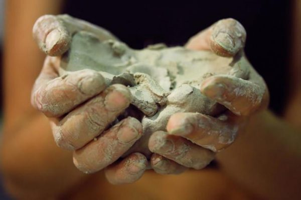 Бентонитовая глина в руках
