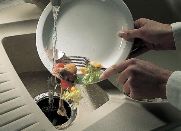 Выбрасывание остатков пищи в слив