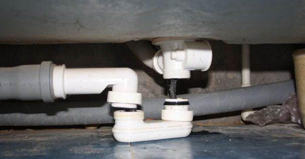 Установка сифона под ванну