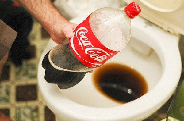 Чистка унитаза «Кока-колой»