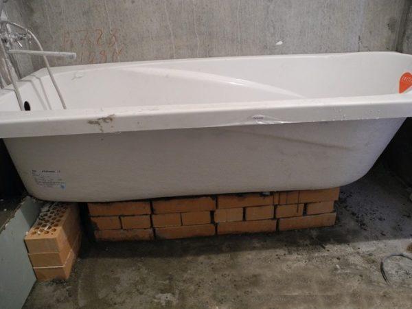 Обустройство подушки под ванну с помощью кирпичной кладки