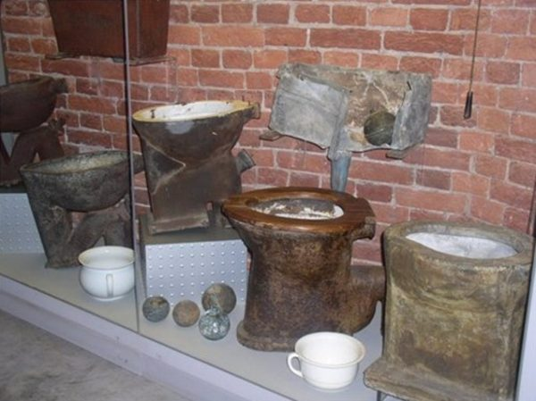 Унитазы разных лет в музее «Мир воды Санкт-Петербурга»