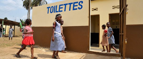 Африканские дети возле туалета