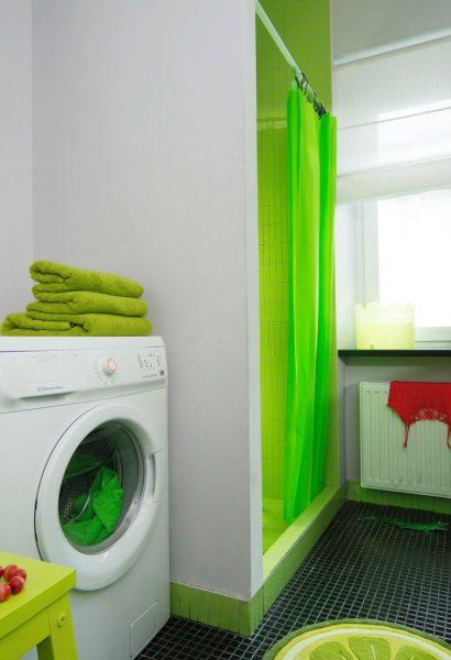 дизайн зелёной душевой комнаты в частном доме