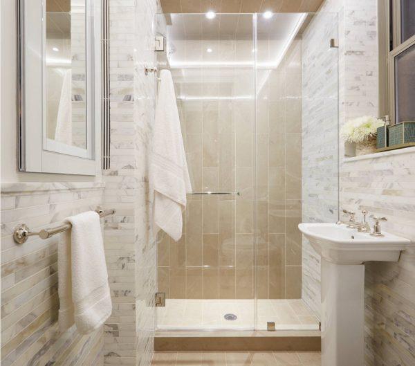 дизайн душевой комнаты в частном доме в светлых тонах