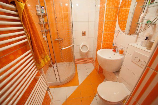 Яркая душевая комната в частном доме