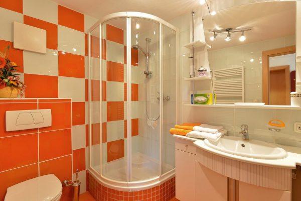 Яркий дизайн душевой комнаты в частном доме
