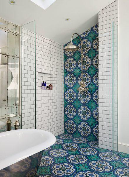 Оригинальный дизайн душевой комнаты в частном доме