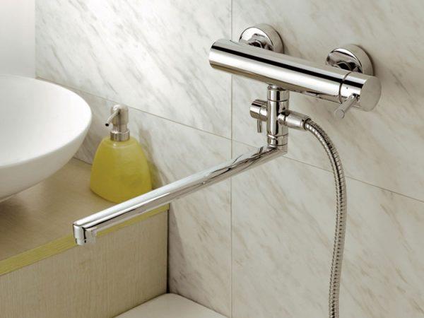 Смеситель для ванны с душем с длинным изливом