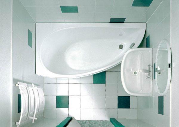 Белая ванная с зелеными вставками