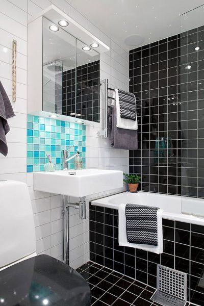 Ванная с зеркальными шкафчиками