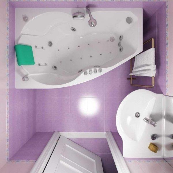 Угловая ванная в маленькой ванной