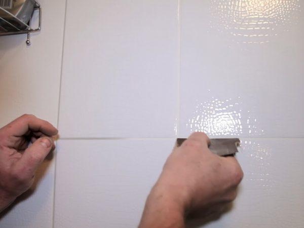 Очищение швов наждачной бумагой