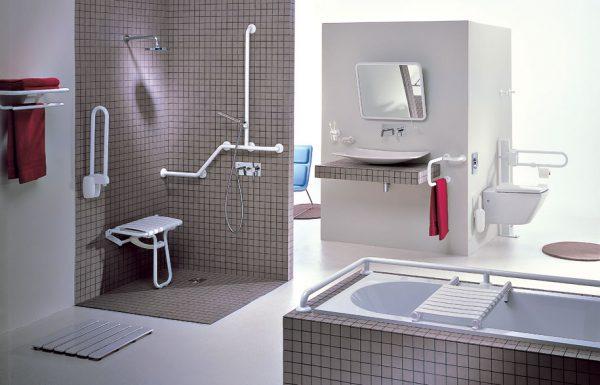 ванная комната с поручнями для инвалидов