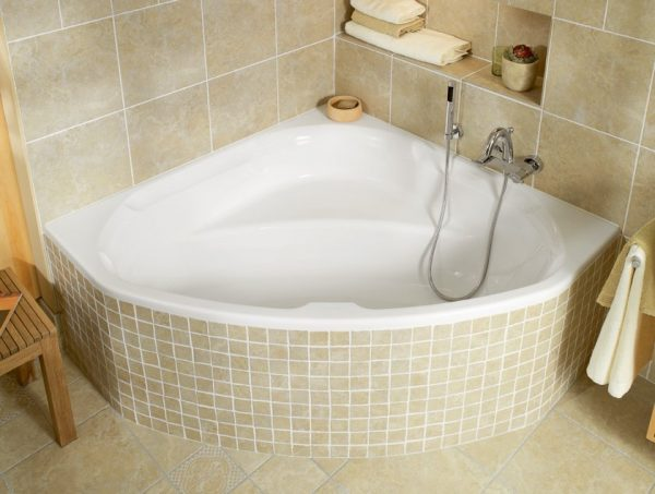 угловая сидячая ванна для маленькой ванной комнаты
