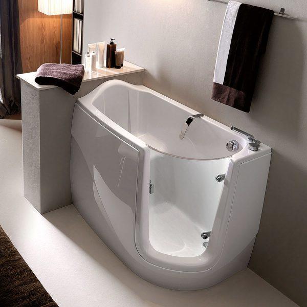 сидячая ванна с встроенной дверцей