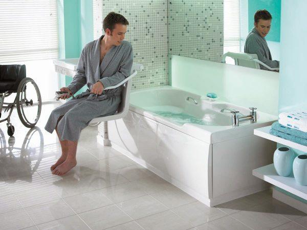 Инвалид при помощи поручня пытается залезть в ванну