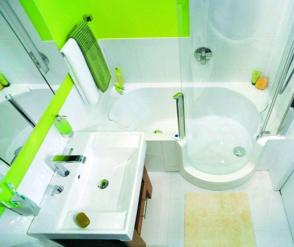 Ванная комната с яркими стенами