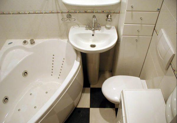 Санузел с угловой ванной