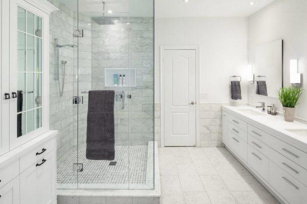 Ванная с просторной душевой кабиной