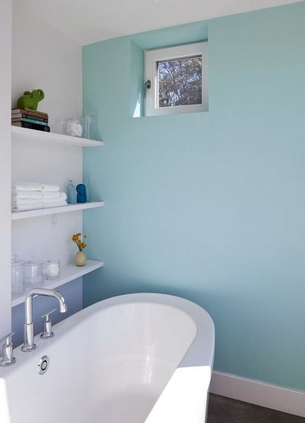 Крашеная стена в ванной