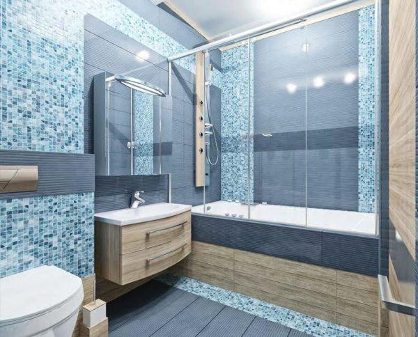 Ванная комната с голубой мозаикой