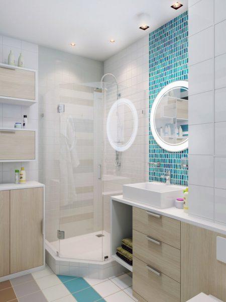 Светлая ванная комната с декоративной полосой из голубой мозаики на стене
