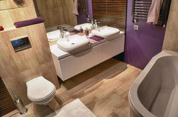 Ванная комната с плиткой под дерево и фиолетовой стеной