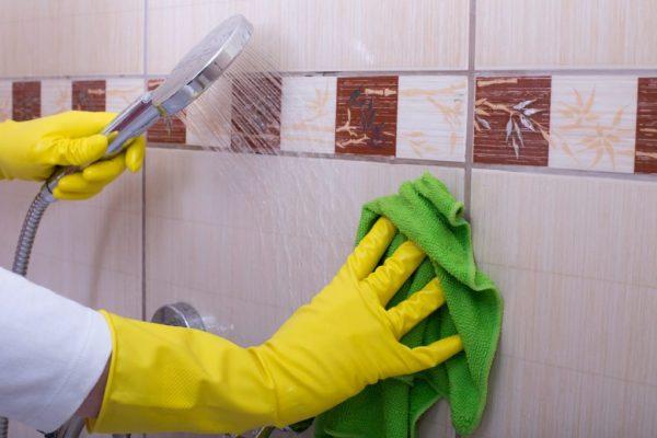 Мытьё плитки в ванной