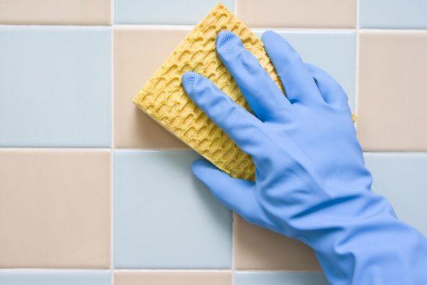 Мытьё кафеля меламиновой губкой