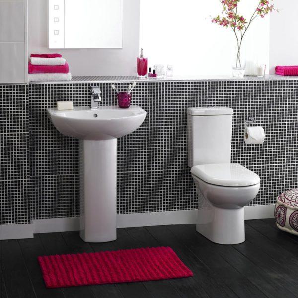 Коврик малинового цвета для чёрно-белой ванной комнаты
