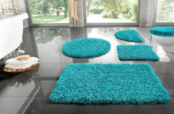 Коврик голубого цвета для чёрно-белой ванной комнаты