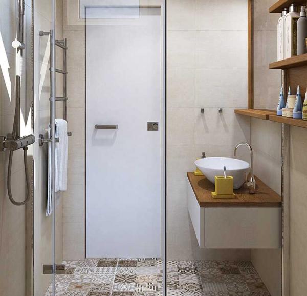 Узорчатая плитка на полу в ванной