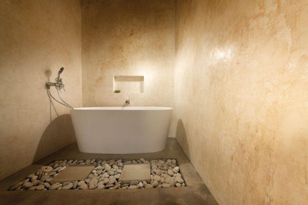 Ванная комната с декоративной штукатуркой песочного цвета