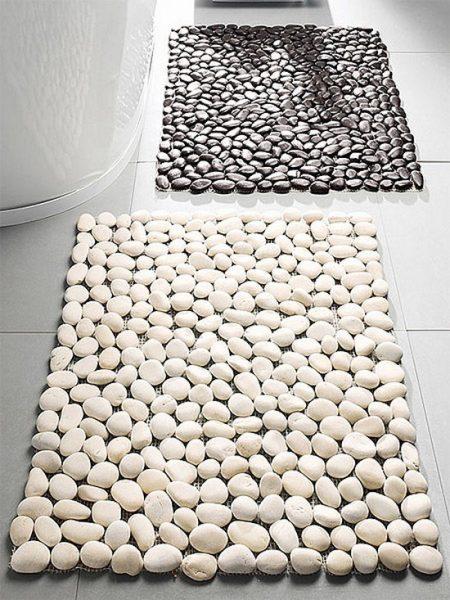 Коврик-галька для чёрно-белой ванной комнаты