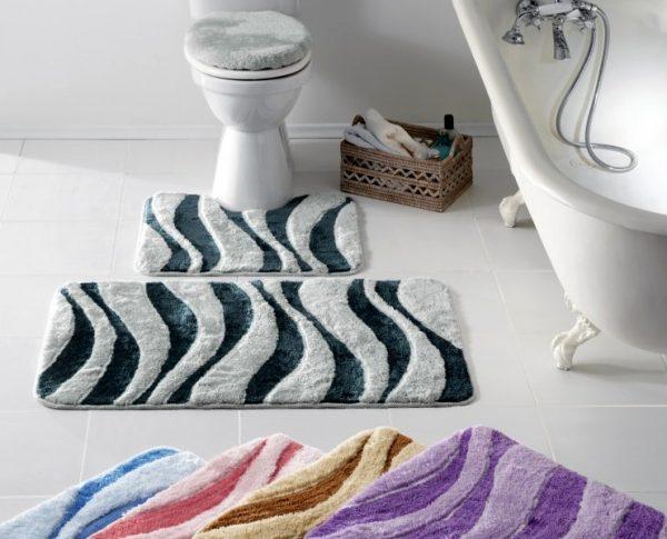 Коврики разноцветные для чёрно-белой ванной комнаты