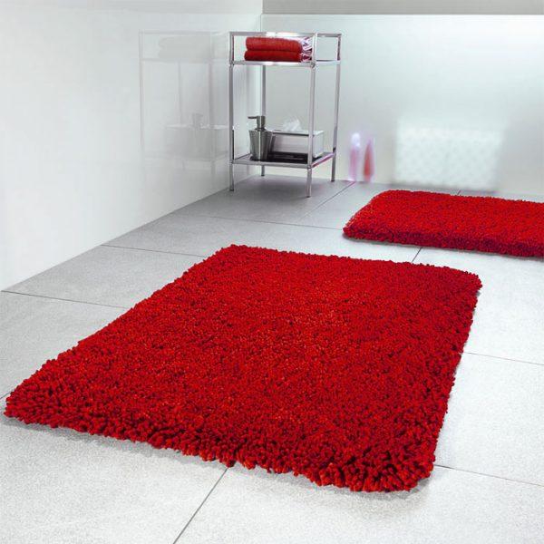 Коврик красного цвета для чёрно-белой ванной комнаты