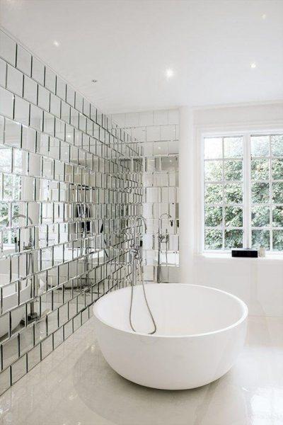 Стена из зеркальной плитки в ванной