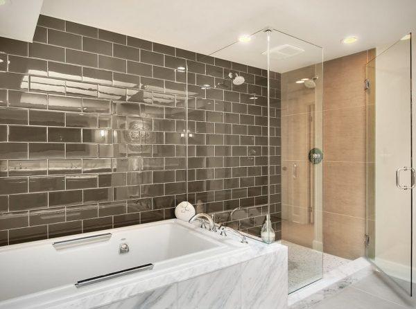 Зеркальная плитка в ванной на всю стену