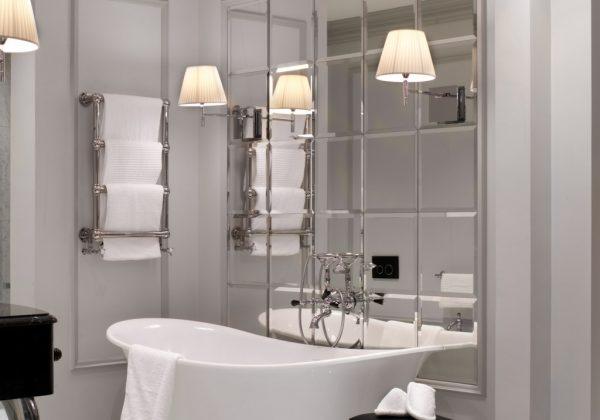 Зеркальная плитка в классическом интерьере ванной