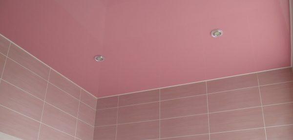 Розовый подвесной потолок в ванной комнате