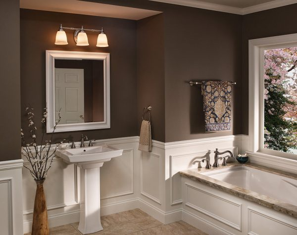 Освещение среднего уровня в ванной комнате