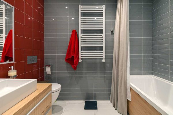 Ванная комната с красными акцентами