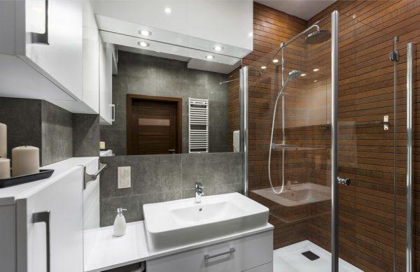 Стильная ванная комната с душевой