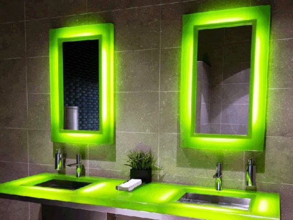 зеркало с зеленой подсветкой для ванной комнаты