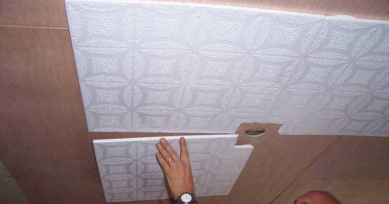 Как клеить потолочную плитку из пенопласта: подробная инструкция и советы специалистов